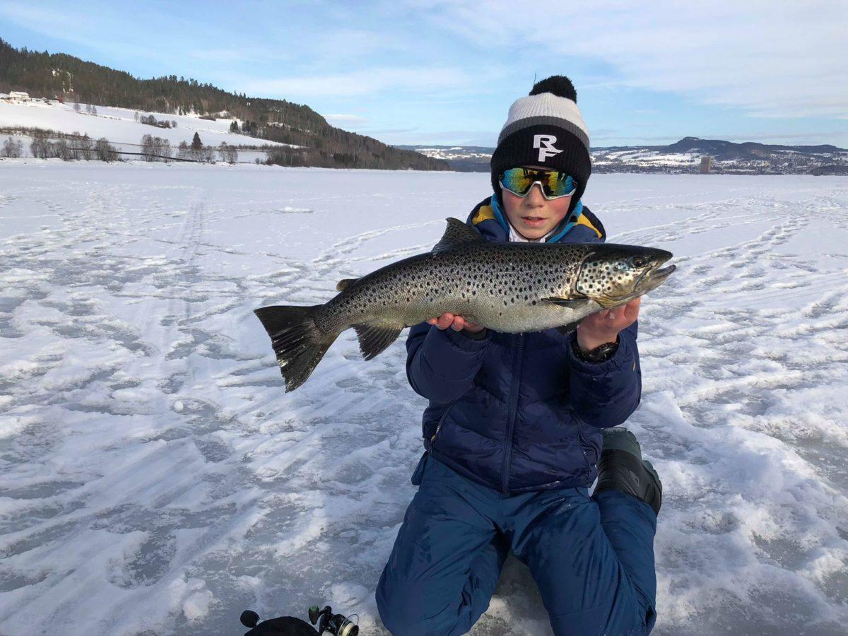 Matheus fikk en knallåpning  på sitt isfiskekarriere på Mjøsa. Med god hjelp av to dyktige karer.