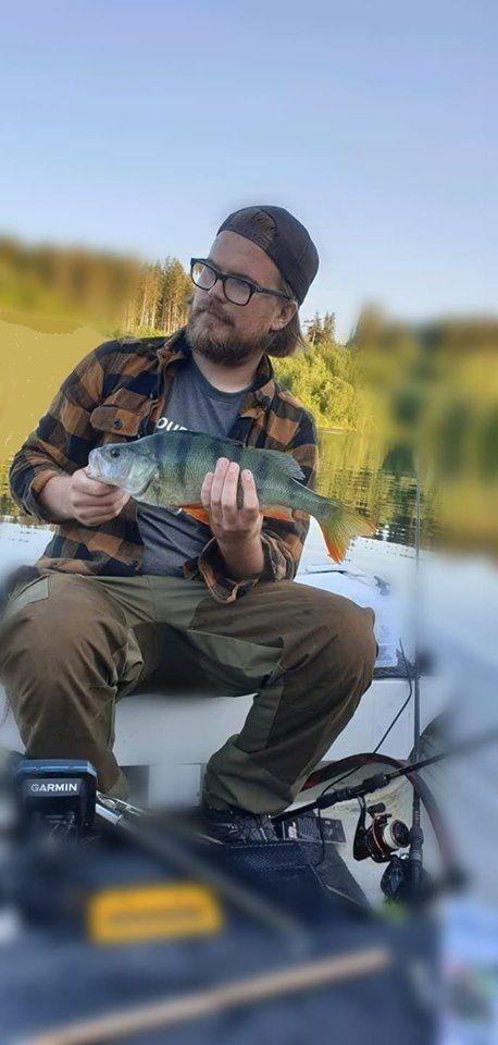 Erik med sin 2. fisk inn.